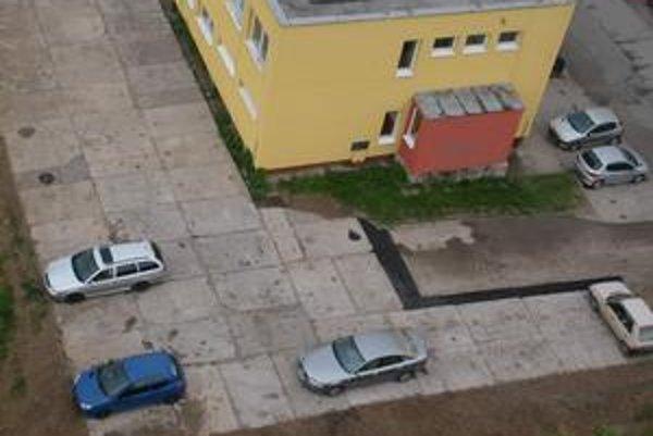 Za bytovým družstvom. Na novej ploche sa zatiaľ odvážilo parkovať niekoľko vodičov.
