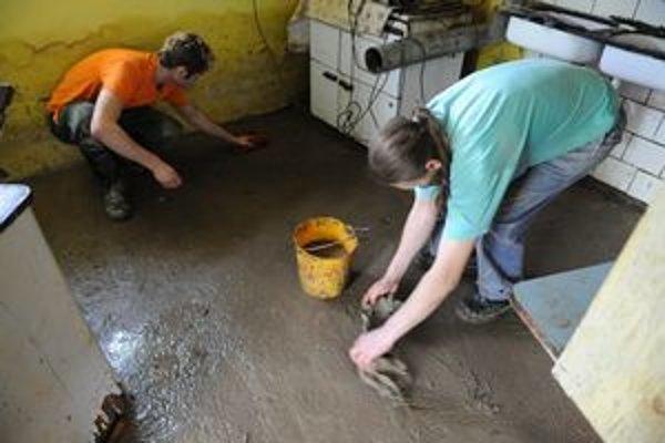 Rodina Freiterovcov v Hlinnom čistí zatopené pivničné priestory.