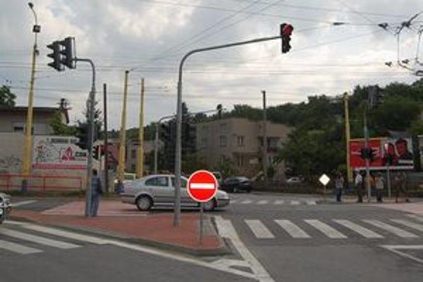 Križovatka Bajkalská - Sabinovská. Stavbu predražili technické požiadavky cestárov, plynárov, železníc a dopravného inšpektorátu.