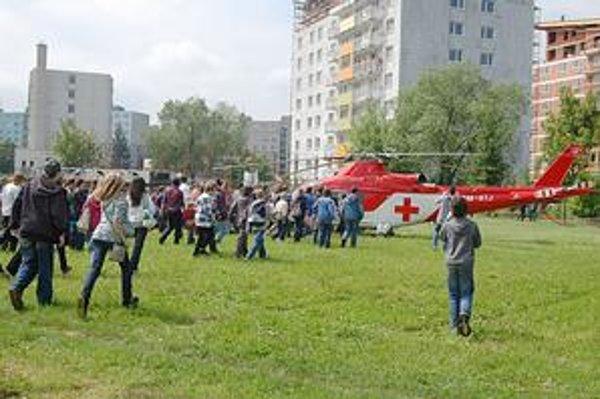 Vrtuľník leteckej záchrannej služby. Hneď po pristátí sa k nemu rozbehli všetci žiaci.