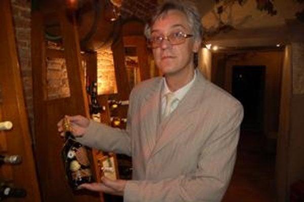 Dušan Hažír s vínom z roku 1927. Do súťaže ho poslali zo španielskej Andalúzie.