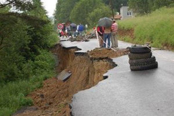 Zničená cesta pri Lažanoch. Aj tú bude nutné opraviť.