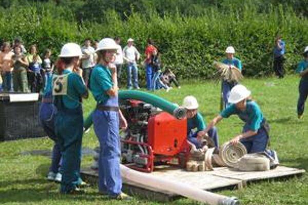 Dobrovoľné hasičky v Ľutine. V minulosti chodili po súťažiach, dnes pomáhajú v obci, keď treba.