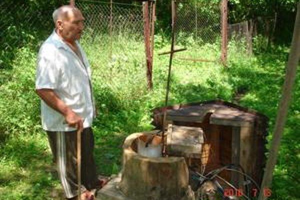 Nešťastný dôchodca Ján Greš. Vrt, z ktorého brali vodu, rozmočená zemina zasekla.