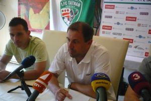 Tréner a kapitán. Ján Pajaj (vľavo) a R. Pivarník si iste želajú dobré vykročenie i rovnaké pokračovanie v súťaži.
