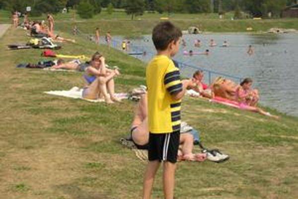 Dovolenkári. Relax pri vode občas dokáže skomplikovať poštípanie včelou.