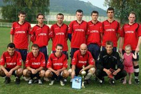 Víťazné mužstvo. Pohár za turnajové prvenstvo ostal v domácej vitríne.