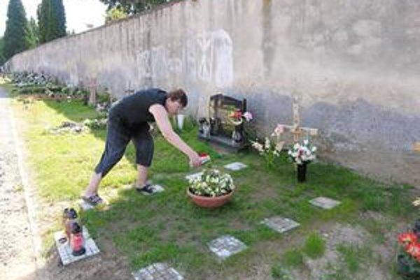 Pavlína Rödlová. So službami na cintoríne aj cenami je spokojná.