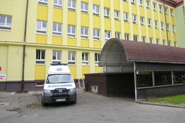 Nemocnica s poliklinikou. Záchranka v Bardejove priváža pacientov na lekársku pohotovosť. Vchod do nej je za stavbou s polkruhovou strechou.