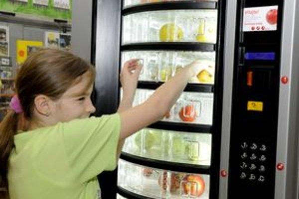 Automat na ovocie a zeleninu skúšali na škole na sídlisku Sekčov. Osvedčil sa, na jeho ďalšiu prevádzku však nie sú peniaze.
