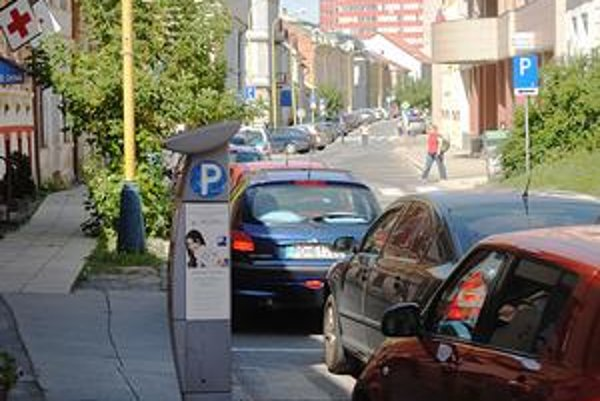 Parkovanie v meste. Od leta 2008 je správcom parkovísk súkromná firma.