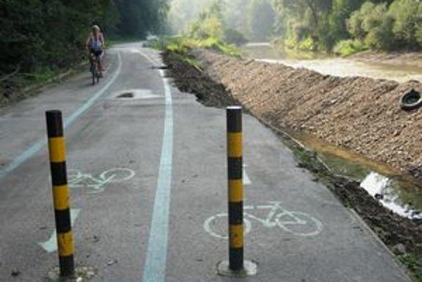 Dôsledok povodní. Poškodená časť nového cyklochodníka medzi Prešovom a Veľkým Šarišom.
