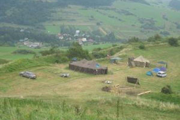 Tábor pod hradom. Za tieto stany vymenili dobrovoľníci na dva týždne svoje domovy.