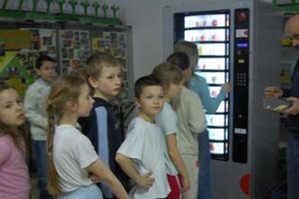 """Automat na Šrobárovej. Špeciálny """"ovomat"""" sa neujal, ovocné šťavy budú v klasických automatoch."""