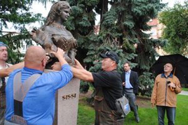 Osadzovanie Sissi. Pri soche vpravo reštaurátor Bobák, prizerá sa novinár Petruš (s dáždnikom).
