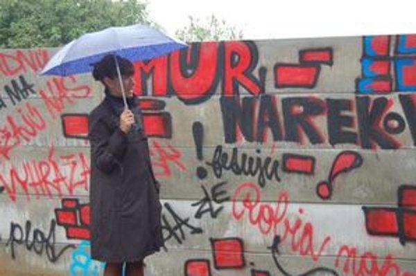 Lucia Nicholsonová pri prešovskom múre.