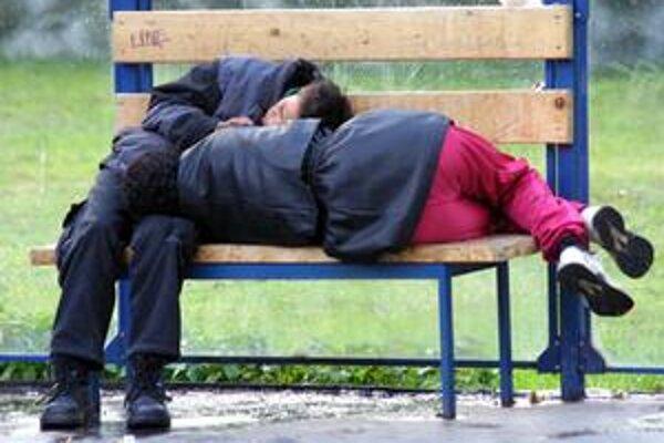 Chladné noci. Z ulíc a lavičiek sa sťahujú do nocľahární.