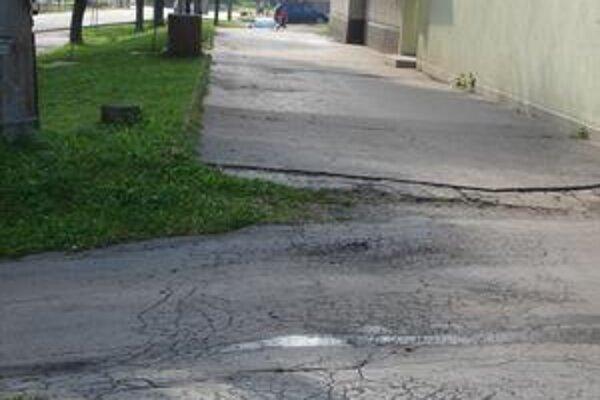 Zborov. Chodníky a verejné priestranstvo v centre obce je v žalostnom stave.