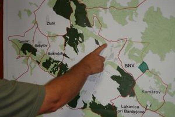 Pri mape. Na tomto mieste sa nachádzajú sporné lesné pozemky.