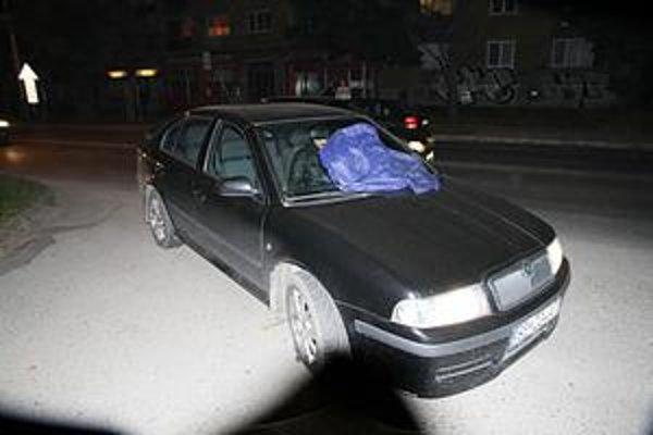 Prekvapený vodič. Strhol volant a na obrubníku roztrhol pneumatiku.