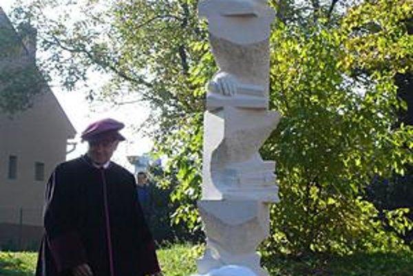Pamätník. Jeho autorom je akademický sochár Kutný.