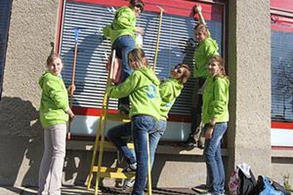 Práca zadarmo. Dievčatá umývali výklady po celom námestí.