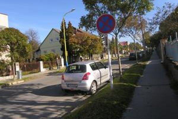 Vajanského ulica. Napriek značke zákaz zastavenia tu obyvatelia parkujú.