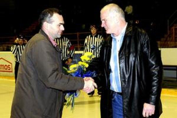 Hokejová legenda. Pri ocenení Igora Libu (vpravo) bol aj prezident prešovského hokejového klubu R. Pucher.