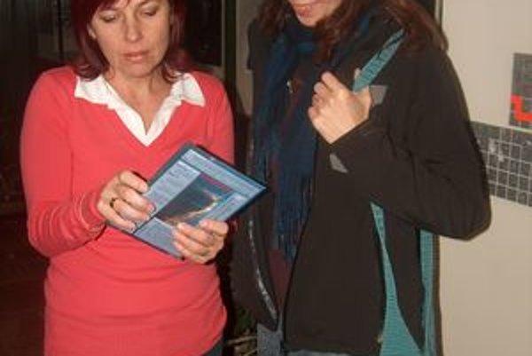 Renáta Kolivošková (vľavo). Inštruuje jednu z návštevníčok.