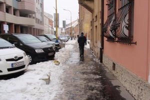 Zamrznutý chodník. Za čistotu chodníka zodpovedá vlastník nehnuteľnosti končiacej s chodníkom.