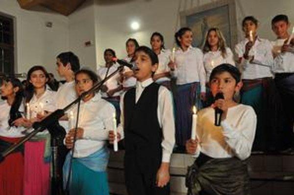 Zborový spev z Jarovníc. Talentované rómske deti mali na koncerte veľký úspech.