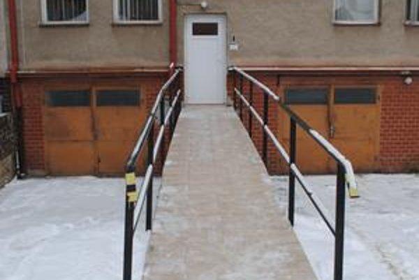 Bezbariérový vchod. Dá sa ním vojsť iba na prízemie centrálnej budovy na Slovenskej ulici.