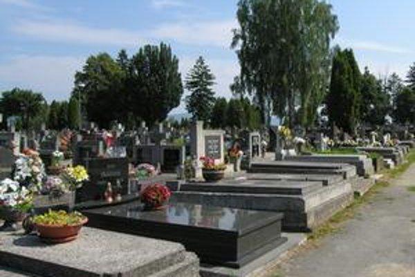 Mestský cintorín. Správca zabezpečuje kosenie, vývoz odpadkov aj úpravu chodníkov.