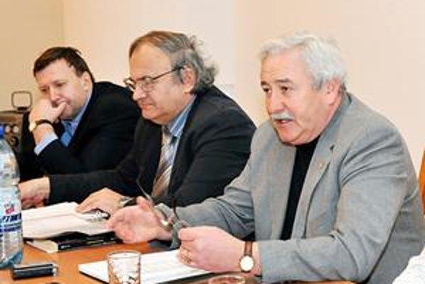 Vedenie súdu. Predseda Ivan Burger (vpravo) a podpredsedovia Anton Lukáč (v strede) a Jozef Angelovič.