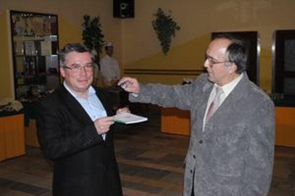 Autor knihy Ján Jacoš (vľavo).