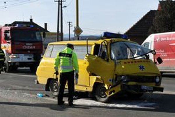 V sanitke boli piati pacienti a vodič, bez vážnych zranení boli prevezení do prešovskej nemocnice.