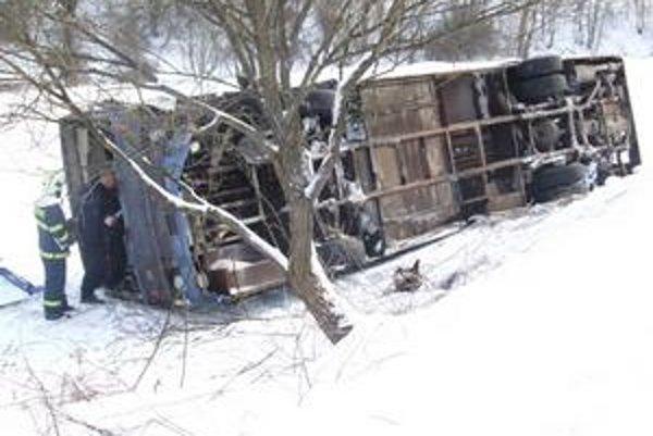 Prevrátený autobus. pri havárii sa zranili piati pasažieri.