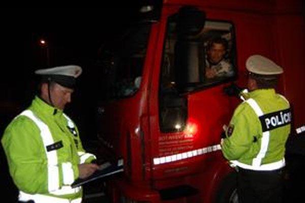 Pri kontrole asistovali aj policajti. Inšpektori práce sa sústredili na tachografy.