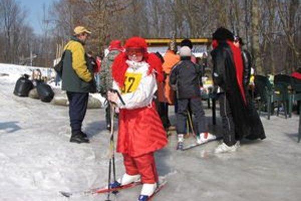 Deti sa lyžovali a sánkovali v karnevalových maskách.