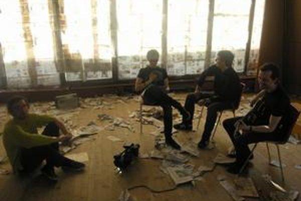 """Porada Tvorbu klipu zverila kapela Jarovi """"Jarisovi"""" Vaľkovi (vľavo dole)."""