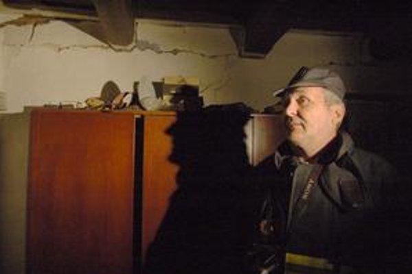 Narušená statika. Zisťovateľ príčin požiarov si myslí, že obývať dom je po výbuchu rizikom.
