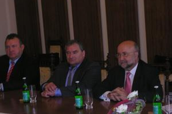 Španielsky veľvyslanec. J. A. Lopéz Jorrin (vpravo) diskutoval s predstaviteľmi radnice o Prešove.