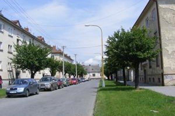 Janoušková ulica v Prešove. Nie je na nej už ani jedna lavička.