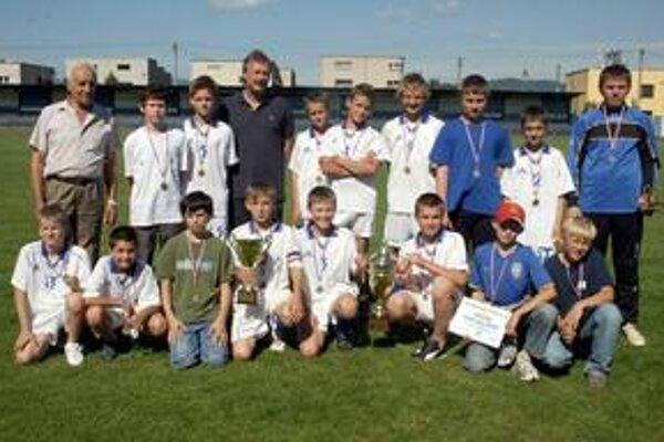 Premiéroví víťazi. Reprezentanti ObFZ Prešov získali cennú trofej.