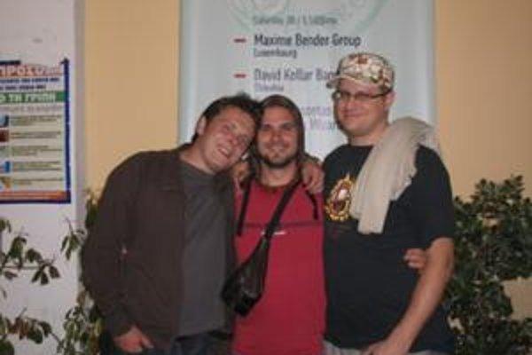 S kapelou. David (vľavo) si s Adamom a Gergelyom hudobne rozumejú.