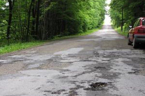 Cesta do Mirole je plná dier a výtlkov.