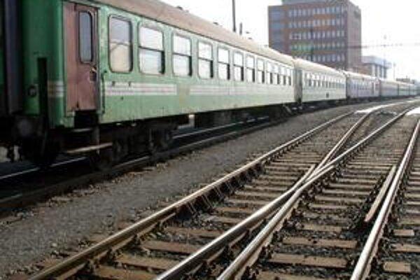 Vlaky. Pri ceste do Bratislavy musia ľudia niekoľkokrát prestupovať.