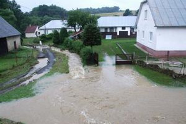 Povodne. Takto vyzerala veľká voda v Nižnom Mirošove v okrese Svidník.