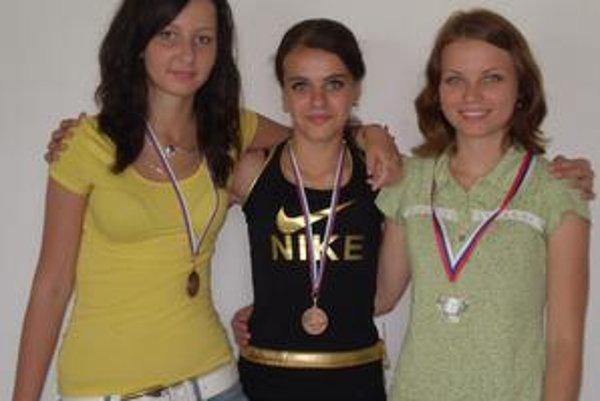 Účastníci Majstrovstiev Slovenka. M. Marinicová (vpravo) získala druhé miesto. Zuzka Kolarčíková a Denisa Kušnírová obsadili desiate miesto.