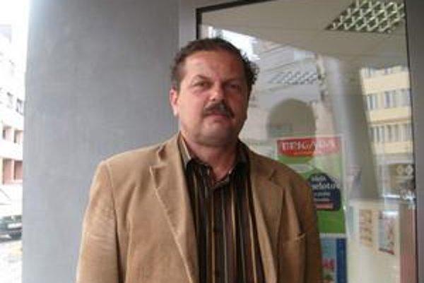 L. Babuščák za výber nehlasoval a na protest odišiel.